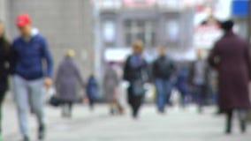 Voetstraat met het bereiken van mensen blur stock video