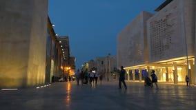 Voetstraat in Valletta, Malta bij nacht stock footage