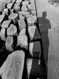 Voetstraatstenen en de lichte patronen van de mensenschaduw in monoch Stock Foto