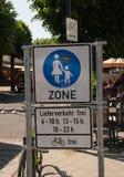 Voetstreekteken erop wijzen die dat het een leveringsvrije zone tijdens bepaalde die uren in deze toeristenstad worden gezien op  stock fotografie