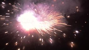 Voetzoeker in festivalseizoen wordt aangestoken van Diwali die Een brandend sterretje op zwarte achtergrond met echte rode vlamve