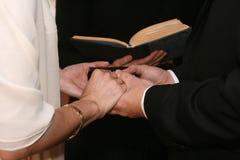 Voeu de mariage avec la bible Image stock