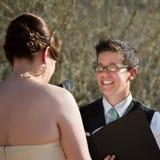 Madame Reading Vows à la jeune mariée Images stock