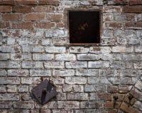 Vogel auf der Backsteinmauer Lizenzfreie Stockfotografie