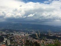 Vogel, der über die Anden-Berge, Cuenca Ecuador fliegt Lizenzfreie Stockfotos