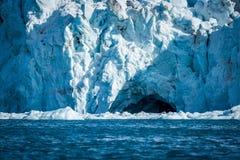 Vogel die in ijshol vliegen in gletsjer Royalty-vrije Stock Afbeeldingen