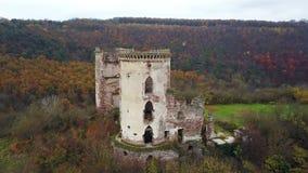 Vogel` een s-oog mening van de ruïnes van het Chervonohorod-Kasteel en de geruïneerde kerk ukraine stock videobeelden