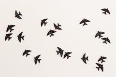 Vogel-Figürchen auf der Wand stockfotografie