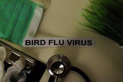 Vogel-Grippe-Virus mit Inspiration und Gesundheitswesen/medizinischem Konzept auf Schreibtischhintergrund stockfotos