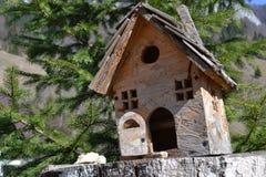 Vogel-Haus auf einem gehackten Baumstamm Stockfotos
