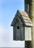 Vogel-Haus, das von einem Pfosten hängt Stockbild