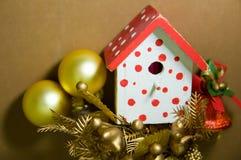Vogel-Haus-Weihnachten-Baum-Dekorationen auf einem Brown-Hintergrund Stockbild
