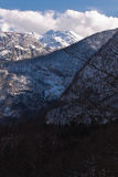 Vogel nevoso idilliaco della montagna in alpi julian in cielo blu con le nuvole, Slovenia Fotografia Stock Libera da Diritti