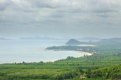 Vogel-oog mening over de overzeese kustlijn, de baai, de stranden en de eilanden stock foto
