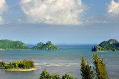 Vogel-oog mening over de overzeese kustlijn, de baai, de stranden, de kalksteenklippen, het mangrovebos en kalksteeneilanden stock foto's