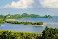 Vogel-oog mening over de overzeese kustlijn, de baai, de stranden, de kalksteenklippen, het mangrovebos en kalksteeneilanden royalty-vrije stock afbeeldingen