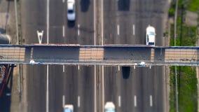 Vogel ` s Augenansicht-Fußgängerbrücke über Verkehr stock video footage