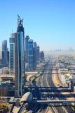 Vogel ` s Augenansicht von Dubai Wolkenkratzer in der Wüste lizenzfreie stockfotografie