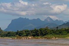 Vogel` s mening van Nam Khan-rivier met bergen op de achtergrond Luang Prabang, Laos stock fotografie