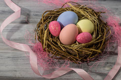 Vogel ` s Nest mit Ostereiern Stockbilder