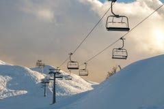 Vogel skidar mitten i bergen mycket snö och imponerande föreställning Royaltyfria Bilder