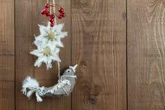 Vogel-Weihnachtsdekorationen, nordische Art, mit Beeren Kopieren Sie Badekurort Stockbild