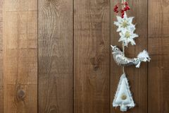 Vogel-Weihnachtsdekorationen, nordische Art, mit Beeren Kopieren Sie Badekurort Lizenzfreie Stockfotografie