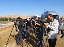 Vogelaars bij KM20 Eilat Izrael; Birdwatchers przy km20 Eilat Isra obrazy stock