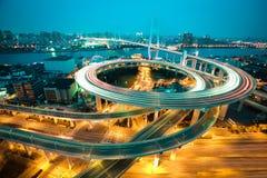 Vogelansicht bei Asien am größten über den Flüssen in einer gewundenen Brücke Lizenzfreies Stockbild