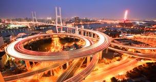 Vogelansicht bei Asien am größten über den Flüssen in einer gewundenen Brücke stockfotografie