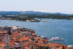 Vogelansicht der Bucht des adriatischen Erholungsortes Sibenic Stockfoto