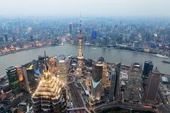Vogelansicht von Shanghai an der Dämmerung Stockbilder