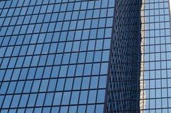 Vogelaugenansicht des Glaswolkenkratzers lizenzfreie stockbilder