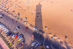 Vogelaugenansicht vom Leuchtturm und vom Schatten des Leuchtturms, Marina Beach, Chennai, Indien 20. Januar 2016 Stockbild