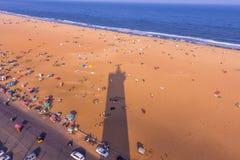 Vogelaugenansicht vom Leuchtturm und vom Schatten des Leuchtturms, Marina Beach, Chennai, Indien 20. Januar 2016 Stockfotografie