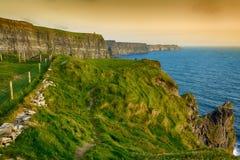Vogelaugenansichten von den Klippen von moher in der Grafschaft Clare Irland Lizenzfreie Stockfotografie