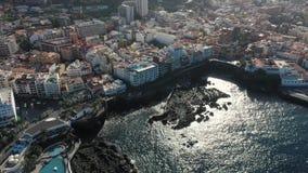 Vogelaugenflug-Sonnenlichtgreller glanz auf Ozeanwasser nahe Insel stock video