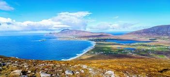 Vogelaugenvogelperspektive von der Spitze eines Berges in achill Insel Lizenzfreies Stockfoto