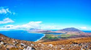 Vogelaugenvogelperspektive von der Spitze eines Berges in achill Insel Lizenzfreies Stockbild