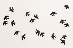 Vogelbeeldjes op de Muur Stock Fotografie