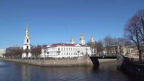 Vogelfliegen über dem Kryukov-Kanal in der Marine-Nikolsky-Kathedrale stock video