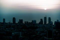 Vogelfliegenansicht über Sonnenuntergangtel aviv moderne Stadt in Israel lizenzfreie stockfotografie