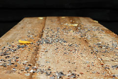 Vogelfutter auf Holztisch Stockfoto