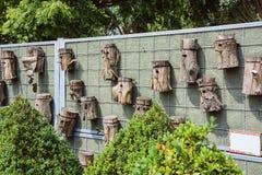 Vogelhäuser auf einem Zaun stockfotos