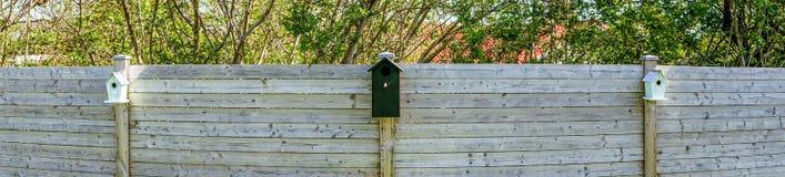 Vogelhäuser auf einer Reihe in einem Garten Stockfotos