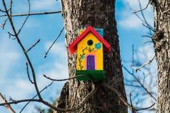 Vogelhaus auf einem Baum III lizenzfreies stockbild