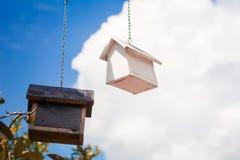 Vogelhaus auf Himmelhintergrund Hintergrundkonzept Lizenzfreie Stockfotografie