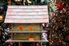 Vogelhaus auf Weihnachtsbaum Lizenzfreie Stockfotos