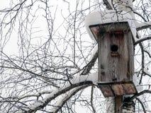 Vogelhaus bedeckt mit Schnee Stockfoto