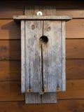 Vogelhaus, das an der hölzernen Wand hängt Stockbild